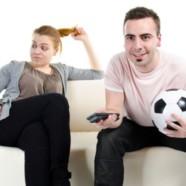 Fanáticos del fútbol: Plantan a los amigos y la familia y se ponen insoportables mientras miran los partidos